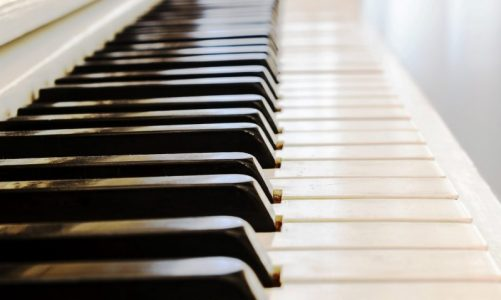 How to Choose a Piano or Keyboard for a Beginner Student